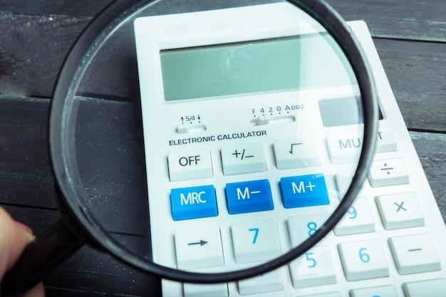 Calcolatrice e lente d'ingrandimento