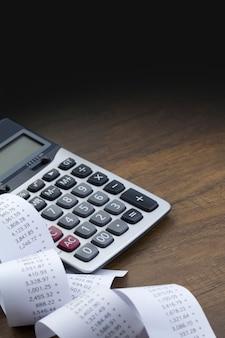 Calcolatrice e nastro di carta stampato con spazio superiore