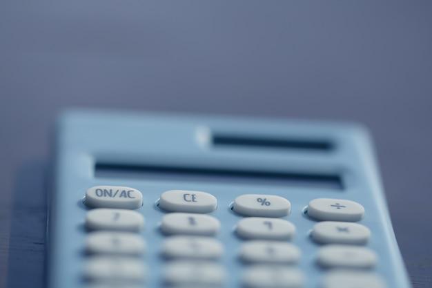 Calcolatrice e penna sullo sfondo del libro