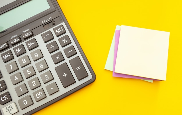 Calcolatrice moderna su giallo