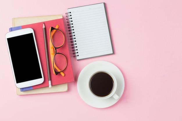 Calcolatrice per computer portatile con copertina rossa e caffè nero
