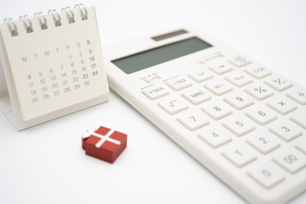 Calcolatrice, piccolo regalo e calendario