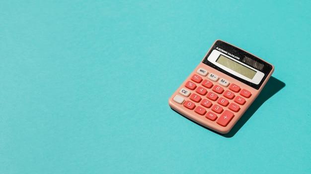Calcolatrice su sfondo blu