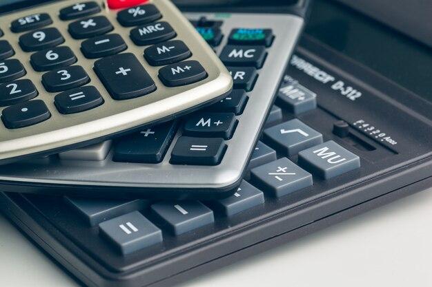 Calcolatrice sul tavolo in ufficio.