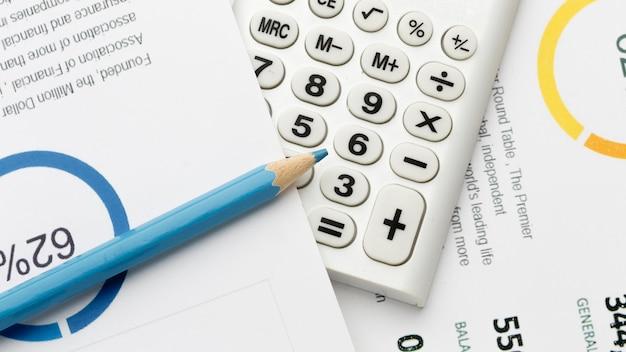 Calcoli e matita di economia del primo piano
