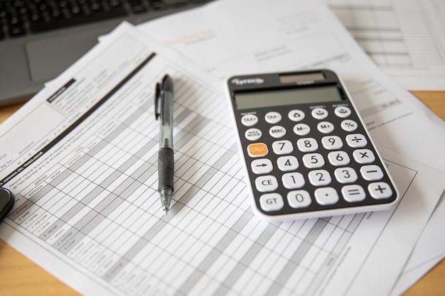 Calcolo delle imposte e dei profitti in ufficio. concetto di affari