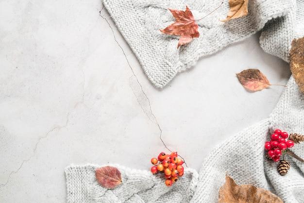 Calda sciarpa lavorata a maglia su superficie screpolata