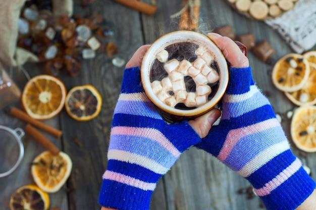 Calda tazza di caffè in mano