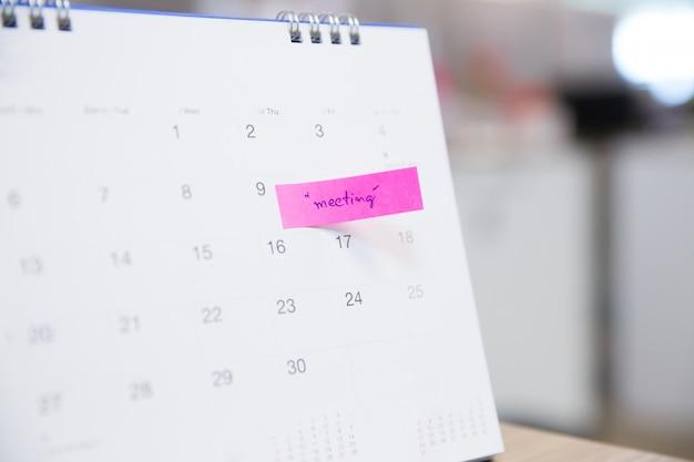 Calendar event planner è occupato, sta pianificando una riunione di lavoro o un viaggio.