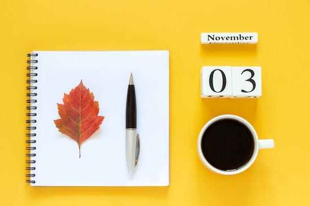 Calendario 03 novembre tazza di caffè, blocco note con penna e foglia gialla