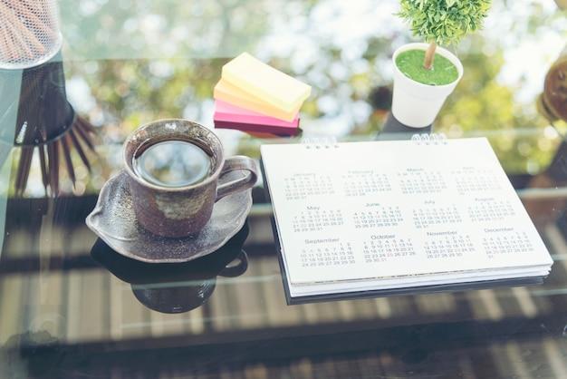 Calendario 2018 appuntamenti calendario posto sul tavolo di erba