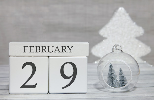 Calendario a forma di cubo per il 29 febbraio su superficie di legno e sfondo chiaro