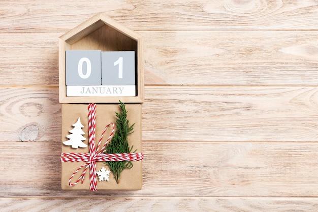 Calendario con data 1 gennaio e scatole regalo. concetto di natale