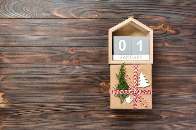 Calendario con data 1 gennaio e scatole regalo