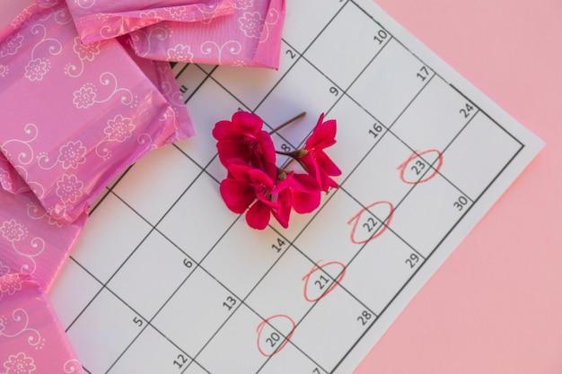 Calendario con fiori e assorbenti igienici
