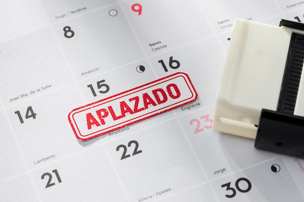 Calendario con il concetto di data rinviata