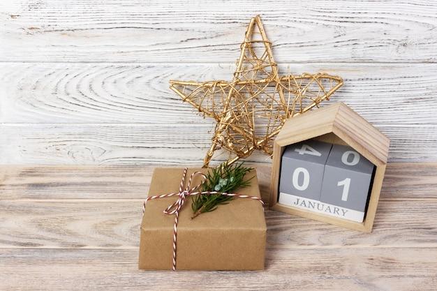 Calendario con scatole regalo e data su legno