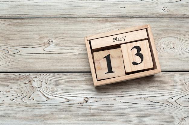 Calendario cubo per il 13 maggio su legno con spazio di copia