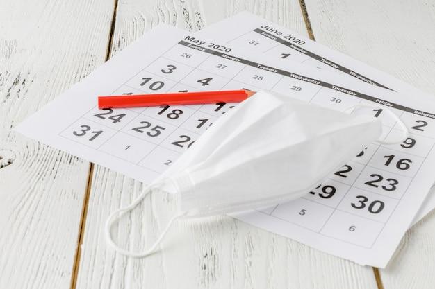 Calendario da tavolo semplice per il 2020 con maschera autoprotettiva.