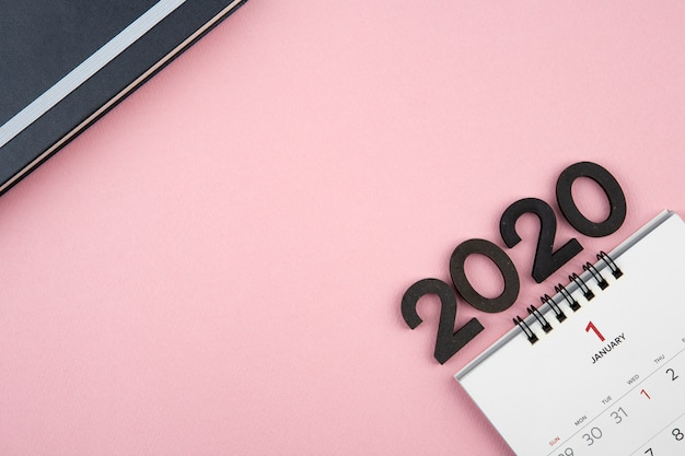 Calendario del nuovo anno 2020 su sfondo rosa
