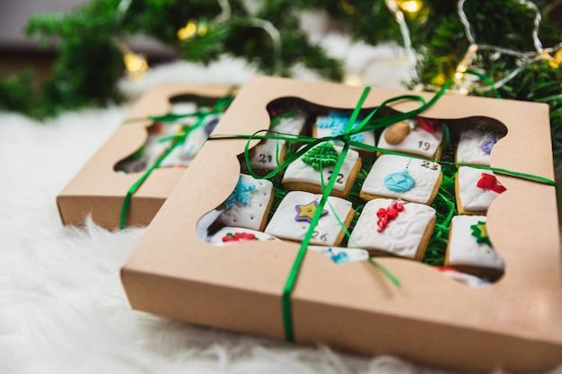 Calendario di arrivo casalingo dei biscotti di natale del pan di zenzero su bianco