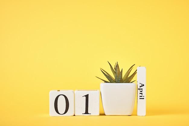 Calendario di blocchi di legno su fondo giallo