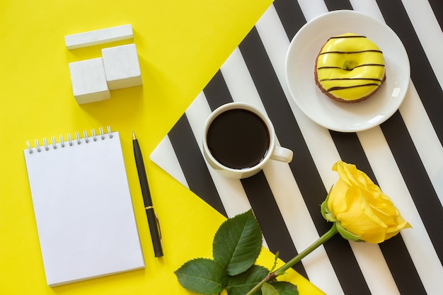 Calendario di cubi vuoti mock up tamplate per la data del tuo calendario tazza di caffè, ciambella rosa