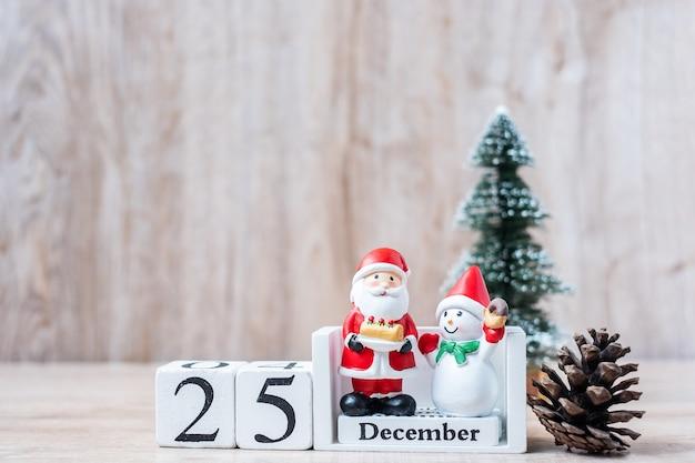 Calendario di dicembre con ornamenti natalizi