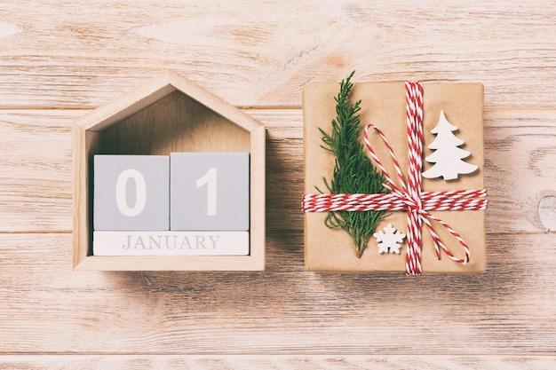Calendario di natale 1 gennaio. regalo di natale, rami dell'abete su bianco di legno dell'annata