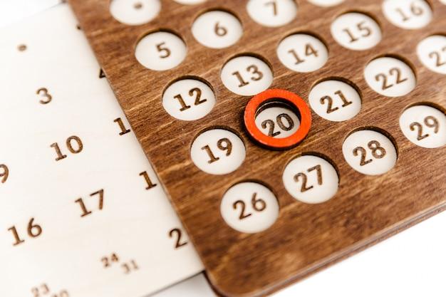 Calendario perpetuo in legno a forma di casa.