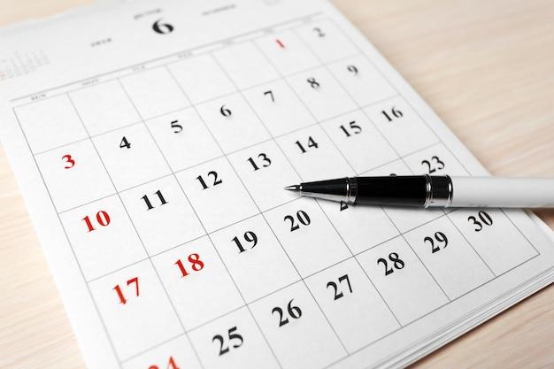 Calendario sul tavolo di legno