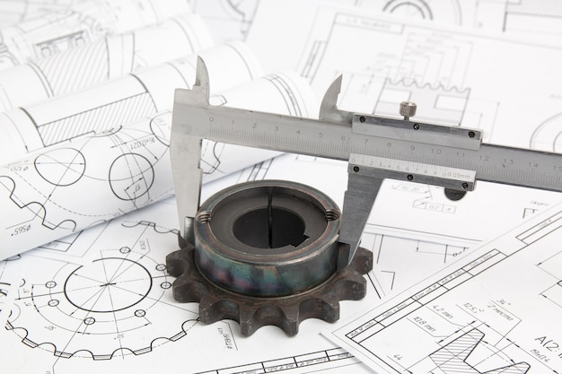 Calibri, ruote dentate e disegni tecnici di parti e meccanismi industriali
