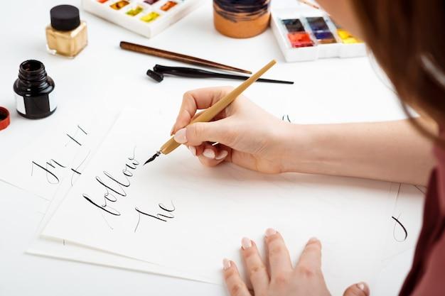 Calligrafia di scrittura della ragazza sulle cartoline. art design.