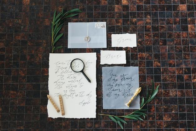Calligrafia e decorazioni per matrimoni. ispirazione. partecipazioni di nozze, buste, biglietti, stampa, lente d'ingrandimento. messa a fuoco selettiva