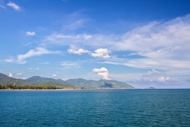 Calma dell'orizzonte del mare di orizzonte e del fondo del cielo blu, koh phangan, tailandia