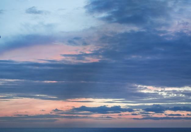 Calma tramonto o alba sul mar mediterraneo, il sole che splende attraverso morbide nuvole blu e rosa