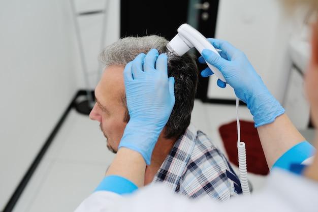 Calvizie. diagnostica capelli e cuoio capelluto