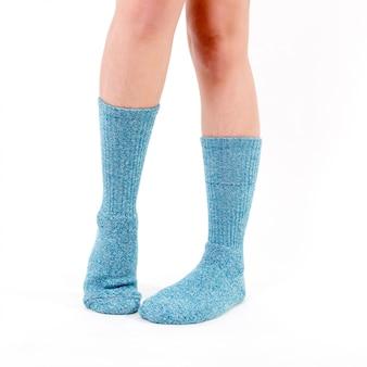 Calze di cotone blu sui piedi di una bella donna. isolato su sfondo bianco illuminazione da studio