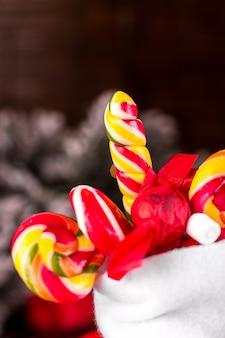 Calze natalizie piene di caramelle e dolci,