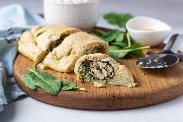 Calzone chiuso per pizza con spinaci, pollo e ricotta. cibo italiano.