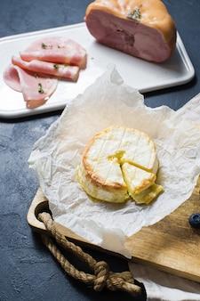 Camembert al forno con mirtilli e prosciutto.