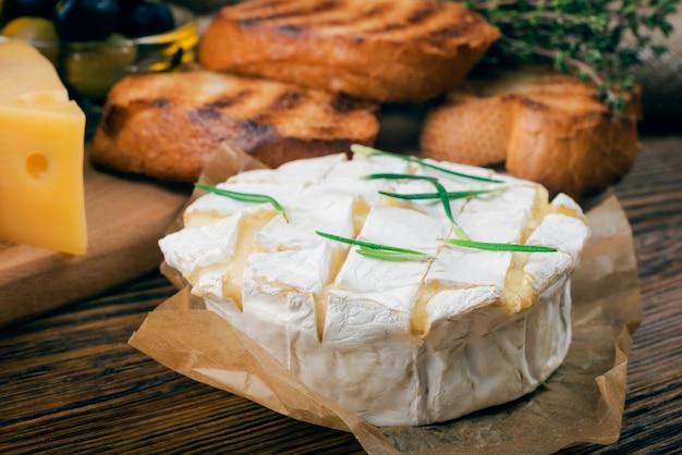 Camembert al forno con rosmarino e toast strofinati con aglio