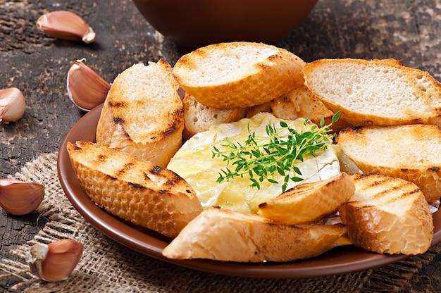 Camembert al forno con timo e toast strofinati con aglio