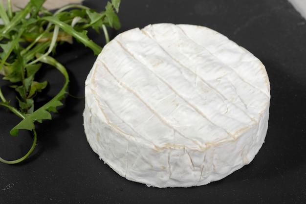 Camembert di normandia su una lavagna