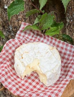 Camembert su una tovaglia di quadrati rossi