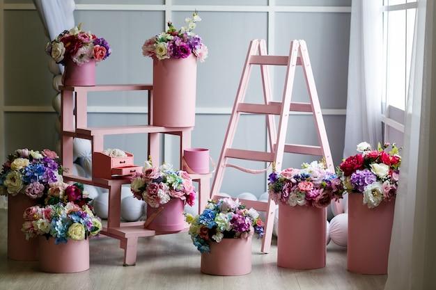 Camera con fiori finti colorati