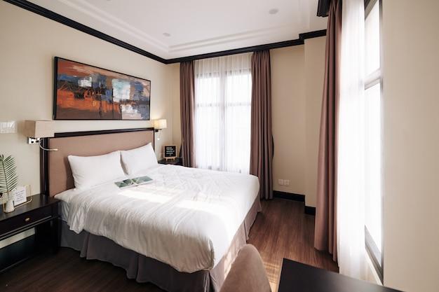 Camera d'albergo con letto matrimoniale