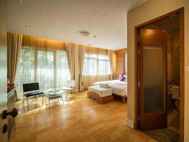 Camera da letto di lusso con luce calda del resort dell'hotel