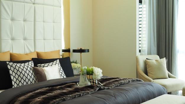 Camera da letto di lusso moderna di tono beige di colore a casa
