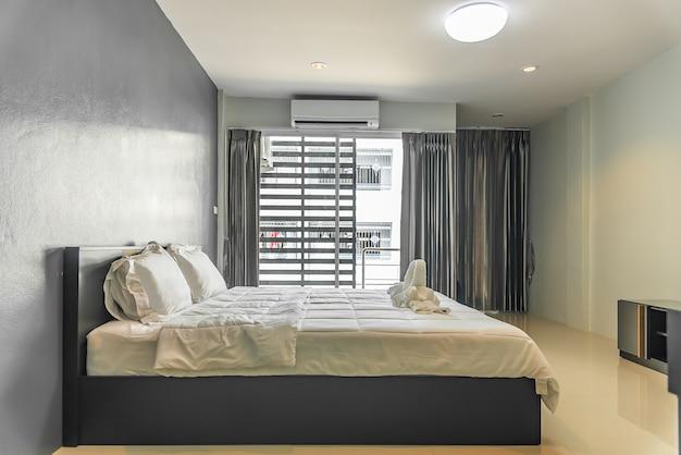 Camera da letto felice e comodo materasso e cuscini